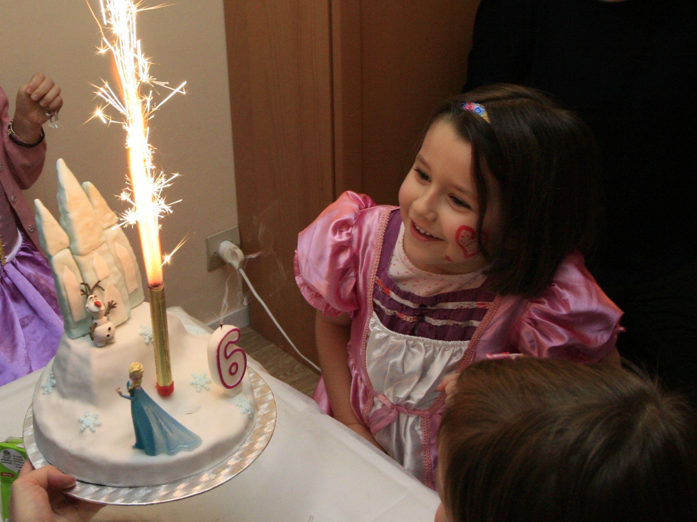 Un anniversaire reine des neiges de disney les d lices d for Maison reine des neiges