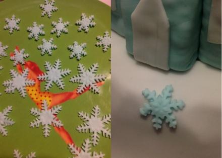 Le g teau d anniversaire la reine des neiges 4 les flocons et la touche finale les d lices - Gateau reine des neiges tuto ...