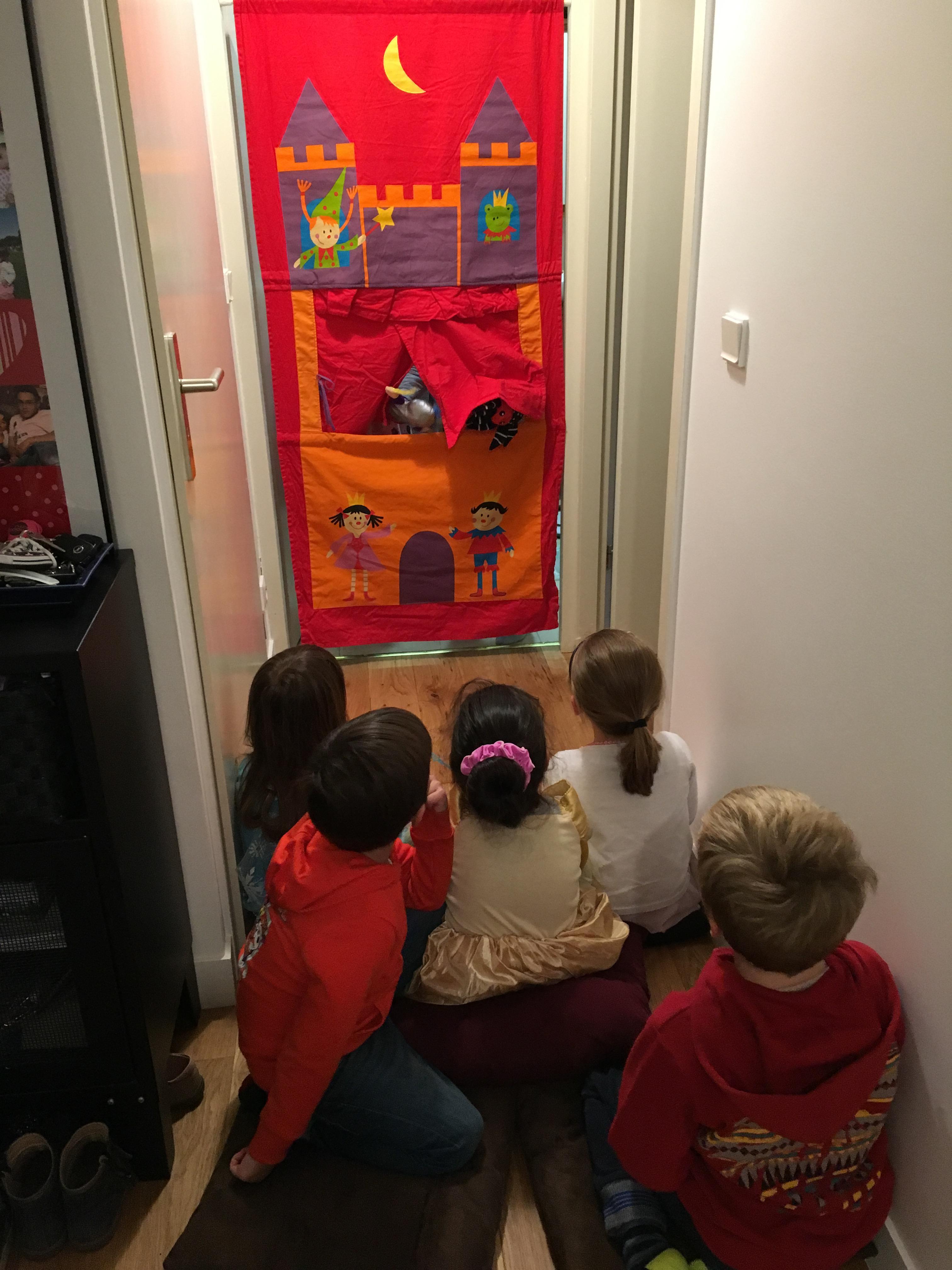 Le Théâtre En Tissu Est Installé Dans Lu0027encadrure De La Porte De La Salle De  Bain Et Chaque Enfant Su0027installe Confortablement Devant Dans Le Couloir Sur  Un ...