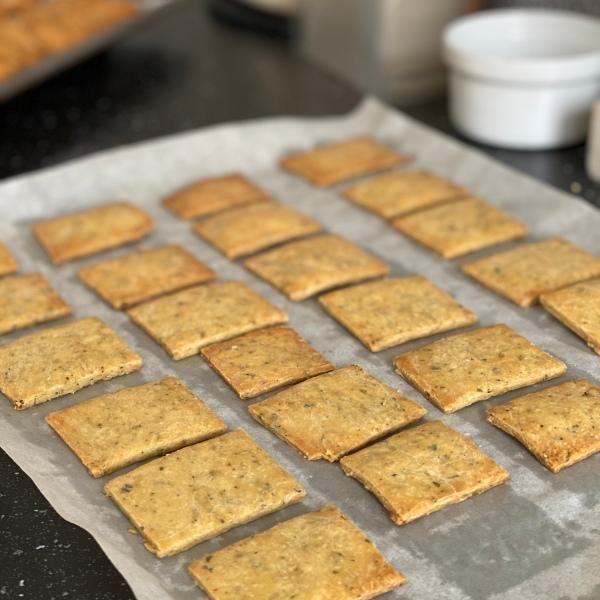 cuisson de crackers anglais aux herbes
