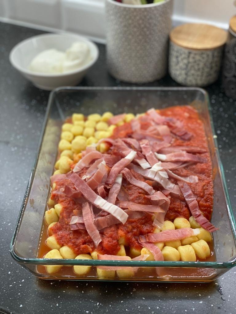 plat de gratin de gnocchi à la mozzarella
